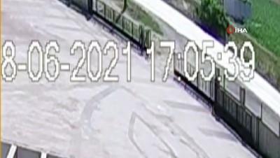 Otomobil ile motosikletin kafa kafaya çarpıştığı kazanın görüntüleri ortaya çıktı