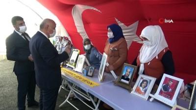 Diyarbakır'da evlat nöbetindeki ailelere anlamlı ziyaret