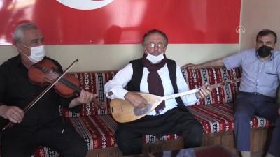 sinif ogretmeni - Kayseri yöresindeki ağıtları derleyen emekli öğretmen bağlamasını elinden düşürmüyor