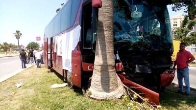 palmiye agaci - ADANA - Refüjdeki ağaca çarpan otobüsün şoförü yaşamını yitirdi