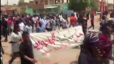 goz yasartici gaz -  - Sudan'da güvenlik güçleri, başkanlık sarayı önündeki protestoculara müdahale etti