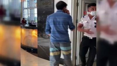 Çocukların fotoğraf ve videosunu çektiği iddia edilen 2 kişiye tekmeli tepki kamerada