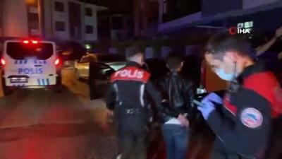 'Dur' ihtarına uymayan lüks otomobil kovalamacanın ardından ara sokakta yakalandı