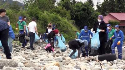 temizlik iscisi - RİZE - Sosyal medya üzerinden örgütlenen bir grup çevre temizliği yaptı