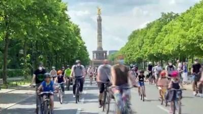 politika - BERLİN - Almanya'da hükümetin ulaşım ve iklim politikaları bisiklet konvoylarıyla protesto edildi