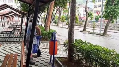 temizlik iscisi -  Temizlik işçisi, çöp konteynırına atılan kaplumbağaları kurtardı