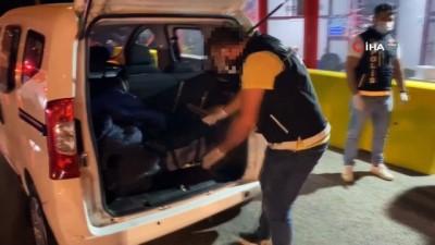 bonzai -  İzmir'de uyuşturucu satıcılarına darbe: Bir araçta 26 kilo bonzai ele geçirildi