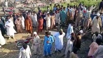 - Pakistan'da iki yolcu treni çarpıştı: 30 ölü, 50 yaralı