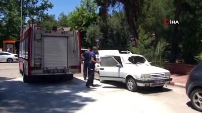 itfaiye eri -  Yanarken kornası takılı kalan otomobil, sesi duyan mahalleli tarafından söndürüldü