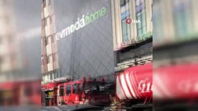 mobilya -  Esenler'de bulunan bir alışveriş merkezinin mobilya bölümünde   bilinmeyen bir nedenle yangın  çıktı.  İtfaiye ekipleri yangına müdahale ediyor.