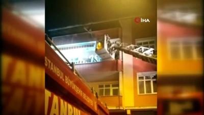 Küçükçekmece'de tek katlı baraka alev alev yandı... Panik yapan kadın kendini balkondan attı