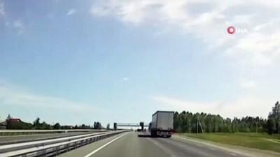ust gecit -  - Rusya'da damperi açılan kamyon üst geçidi yıktı