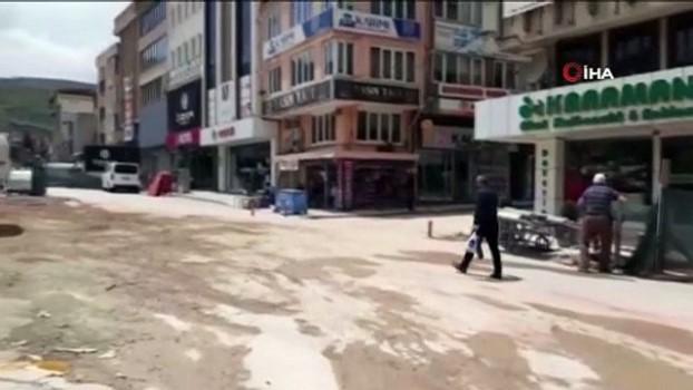 skandal -  Afyonkarahisar Belediyesi'nden kontrolsüz ve güvenliksiz yıkım - Yıkım yapan iş makineleri arasında çocuklar dolaştı, görevliler izledi
