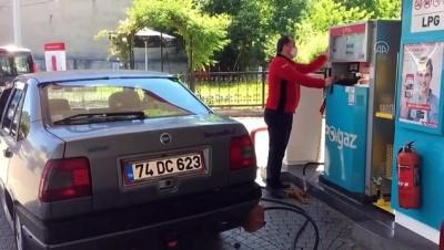 benzin - BARTIN - Akaryakıt istasyonunda alev alan otomobile müdahale eden görevli konuştu