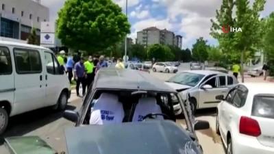 ehliyetsiz surucu -  Ehliyetsiz sürücü ters yöne girdi, iki otomobile çarptı: 2 yaralı