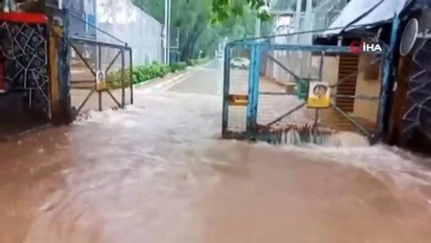 tren seferleri -  - Mumbai'de şiddetli yağış sokakları göle çevirdi, evleri su bastı