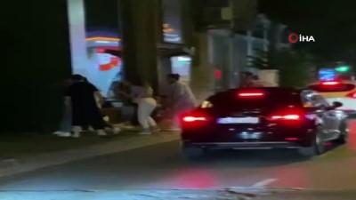 kadina siddet -  İstanbul'un göbeğinde kadına şiddet anları kamerada: Kadını bir yumrukla yere serdi