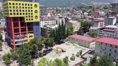yikim calismalari -  Şehir meydanı için eski adliye binası yıkıldı, sıra 'dünyanın en saçma binası'nda