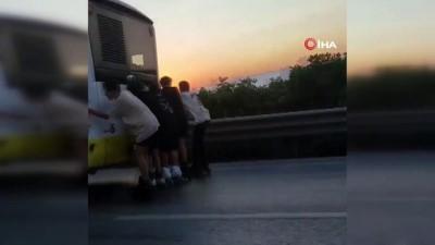 halk otobusu -  Gençlerin patenle tehlikeli yolculuğu kamerada