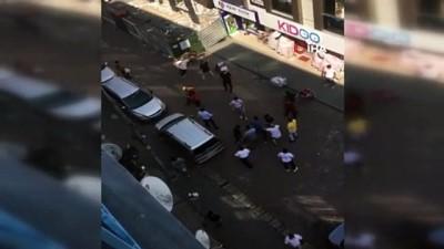 Avcılar'da iki grup arasında kemerli, tekmeli ve yumruklu kavga kamerada