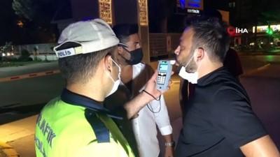 Polisleri görünce aracını park edip, yaya rolü yapıp kaçmak isteyen sürücü alkollü çıktı