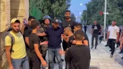 goz yasartici gaz -  - Yüzlerce fanatik Yahudi'den Mescid-i Aksa'ya baskın - İsrail polisi Filistinlilere göz yaşartıcı gaz ve ses bombaları ile müdahale etti
