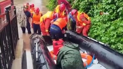 sel baskinlari -  - Pekin'deki selde mahsur kalanlar botlarla kurtarıldı Videosu