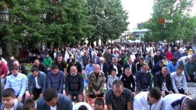 2010 yili -  - Kosova'da yüzlerce Müslüman Kurban Bayramı namazını kıldı