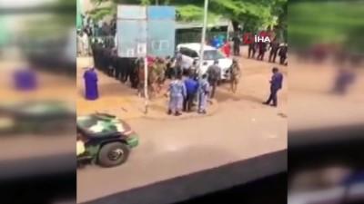 bicakli saldiri -  - Mali'nin geçici Devlet Başkanı Goita bıçaklı saldırıdan yara almadan kurtuldu