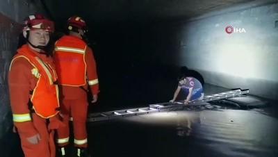 kurtarma operasyonu -  - Çin'de sel felaketi: 12 ölü - Yüzlerce kişi metro tünelinde mahsur kaldı, sele kapılan bir kadın son anda kurtarıldı