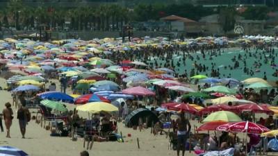 İZMİR - Tatilci yoğunluğu yaşanan Çeşme'de günlük nüfus 1 milyonu aşıyor