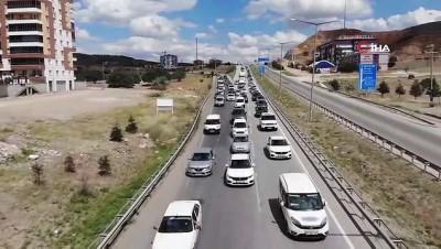 trafik polisi -  Tatilcilerin geri dönüş yolculuğu devam ediyor: Kilit kavşakta kilometrelerce araç kuyruğu