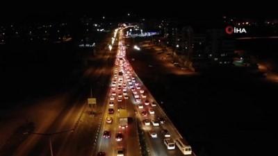 trafik polisi -  'Kilit kavşak' Kırıkkale'de gece yarısı trafik yoğunluğu: Araç kuyruğu 15 kilometreyi buldu