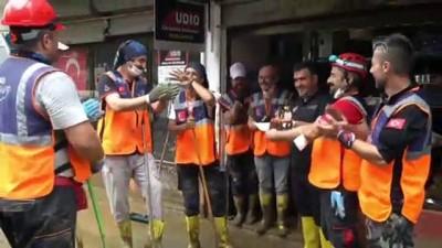 ARTVİN - Sel bölgesinde görevli AFAD gönüllülerinden arkadaşlarına doğum günü sürprizi