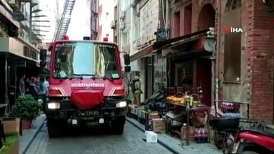 yangin panigi -  Fatih'te yangın paniği...Mahsur kalan 1'i çocuk 5 kişiyi itfaiye ekipleri böyle kurtardı