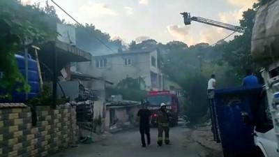 İSTANBUL - Üsküdar'da 2 katlı binanın çatısında yangın çıktı