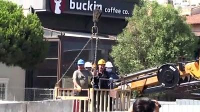 alkol - İZMİR - Otomobil metro inşaatındaki 25 metrelik boşluğa düştü: 1 ölü, 1 yaralı - Aracın çıkarılması Videosu