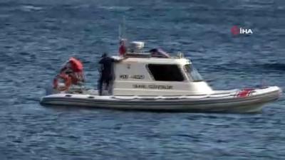 kano -  Dünyaca ünlü sahilde kano ile denize açılan gençler, polisi alarma geçirdi Videosu