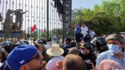 muhalefet - TUNUS - Tunus Meclisi yakınında toplanan darbe karşıtları ile destekçileri arasında arbede yaşandı