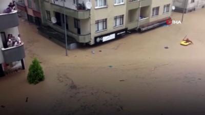 kurtarma operasyonu -  Göle dönen caddede yaşam savaşı veren vatandaşın botla kurtarıldığı anlar kamerada