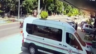 kacis - DÜZCE - Yayaların caddeye devrilen ağacın altında kalmaktan son anda kurtulması kameraya yansıdı