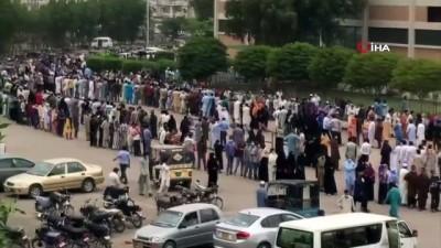 sayilar -  - Pakistan'da vatandaşlar Covid-19 aşı merkezinde yüzlerce metrelik kuyruk oluşturdu
