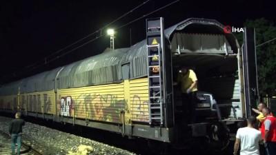 Elektrik direkleri tren vagonlarının üstüne devrildi