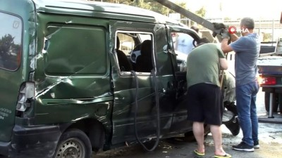 trafik polisi -  Bahçelievler E-5'te bariyerlere çarpan minibüs takla attı: 1 yaralı