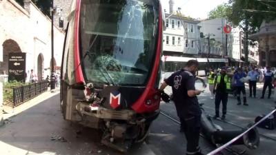 kacis -  İstanbul'da raydan çıkan tramvay elektrik direğine çarptı