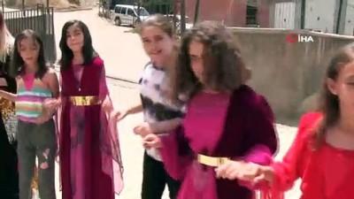 okul bahcesi -  Şırnak'ta öğretmenler yöresel kıyafetli ders işliyor