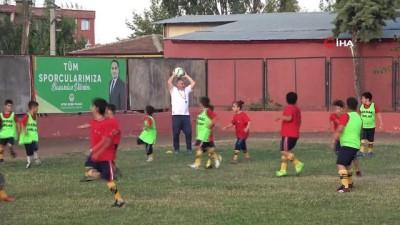 yuruyus yolu - Antrenör muhtar Aziz Filiz, mahalledeki çocuklara ücretsiz futbol kursu veriyor