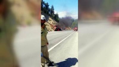 ANTALYA - Lastiğinin patlaması sonucu devrilen kamyon alev aldı