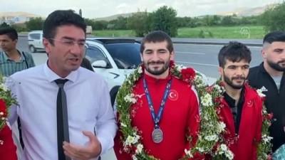 milli guresci - NİĞDE - Dünya şampiyonasında madalya kazanan güreşçiler coşkuyla karşılandı
