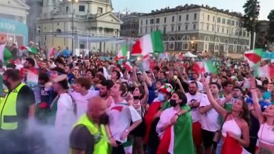 tezahur - ROMA - Taraftarlar İtalya-İspanya maçını dev ekrandan izliyor